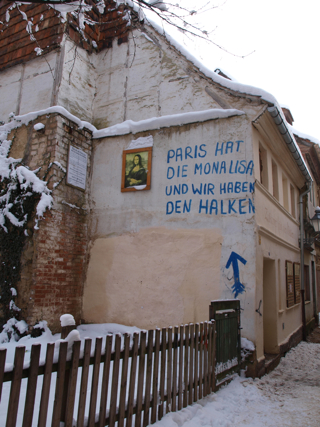 Bild: Paris hat die Mona Lisa und wir haben den Halken. Spruch an der Wand des Großen Halken Nr. 7 in Aschersleben.