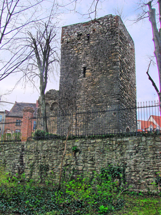 Bild: Die Ruinen des Turmes und des Zwingers in der Johannispromenade von Aschersleben.