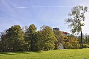 Bild: Schloss Ballenstedt im Frühherbst vom Schlosspark aus gesehen.