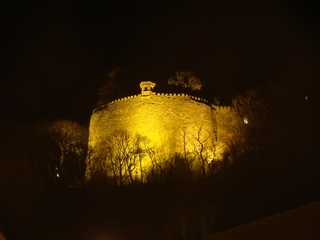 Bild: Die in ihrer Gewaltigkeit nicht zu übertreffende talwärts gerichtete Bastion Mine prägt auch heute noch das Bild des Schlosses zu Mansfeld.