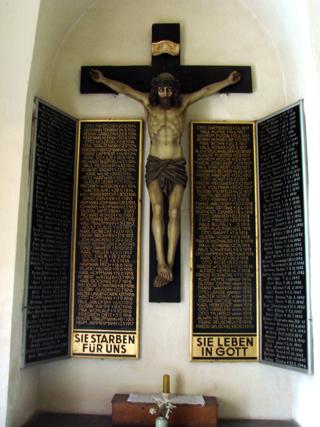 Bild: Kruzifix mit einer Gedenktafel zu Ehren der Gefallenen des Ersten Weltkrieges in der Kirche St. Georg zu Mansfeld.