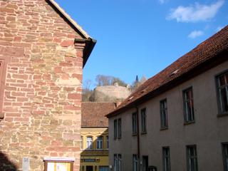Bild: Über den steilen Gassen der Stadt Mansfeld erheben sich noch heute übermächtig die Reste der ehemaligen Festung Mansfeld.