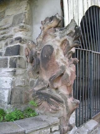 Bild: Epitaph am Bahrenhaus auf dem ehemaligen Friedhof von Hettstedt.