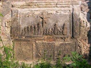 Bild: Historische Grabplatte an der Mauer des Stadtparkes in Hettstedt.