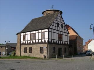 Bild: Reste der ehemaligen Wasserburg am Busbahnhof von Hettstedt.