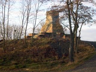Bild: Das Maschinendenkmal auf der Preußischen Hoheit in Hettstedt erinnert an die erste deutsche Dampfmaschine Wattscher Bauart.