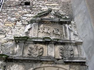 Bild: Wappenfries am Bergfried des Schlosses zu Gänsefurth.