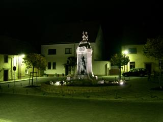 Bild: Der Lutherbrunnen in Mansfeld bei Nacht.
