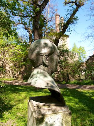 Bild: Das Bernhard-Koenen-Denkmal am Stadtgraben in der Lutherstadt Eisleben.
