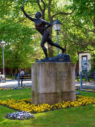 Bild: Das Denkmal Der Marathonläufer am Schlossplatz in der Lutherstadt Eisleben.