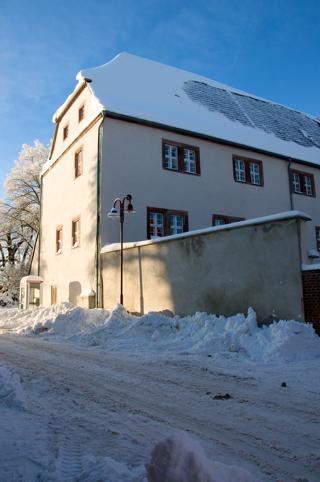 Bild: Renaissancebau des Schlosses zu Harzgerode von der Schlossstraße aus gesehen.