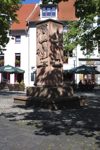 Bild: Das Bergbaudenkmal auf dem Markt von Hettstedt wurde 1950 vom Bildhauer Richard Horn geschaffen. Es wurde anlässlich der 750 Jahrfeier des Bestehens der Mansfelder Berg- und Hüttenleute am 2. September 1950 eingeweiht.