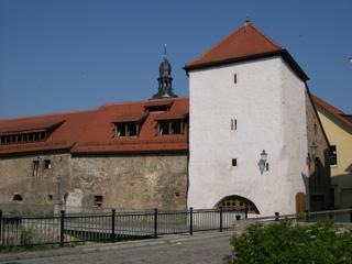 Bild: Das historische Stadttor Cops du Garde oder Kordegarre in Hettstedt vom Luisenplatz aus gesehen.