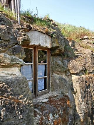 Bild: Die Höhlenwohnungen in Langenstein bei Halberstadt. Foto © 2011 by Bert Ecke & Birk Karsten Ecke.