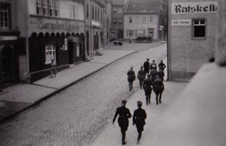Bild: Aufmarsch der SS in Mansfeld in den 1930er Jahren - hastig fotografiert aus einem Fenster des ehemaligen Landratsamtes. Bild: Ronald Ecke.