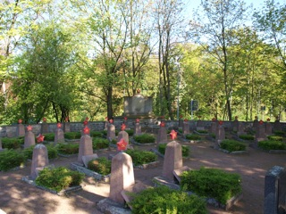 Bilder: Auf den sowjetischen Soldatenfriedhof an der Friedensstraße in Eisleben.