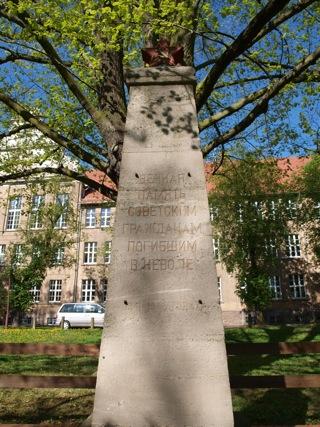 Bild: Obelisk auf dem sowjetischen Soldatenfriedhof am Carl-Eitz-Weg in Eisleben.