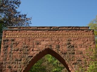 """Bild: Inschrift am Tor der Mahnung in Eisleben: """"Lasst einen Augenblick die Hast des Tages ❖ Gedenkt der Brüder die für euch ihr Leben gaben""""."""