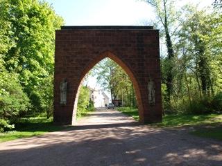 Bild: Das Denkmal Tor der Mahnung in der Lutherstadt Eisleben.