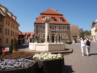 Bild: Die Alte Bergschule mit dem Knappenbrunnen.