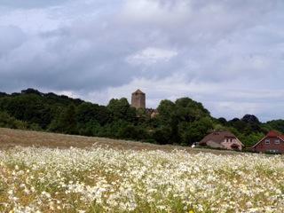 Bild: Schloss Beyernaumburg mit dem mächtigen Bergfried.