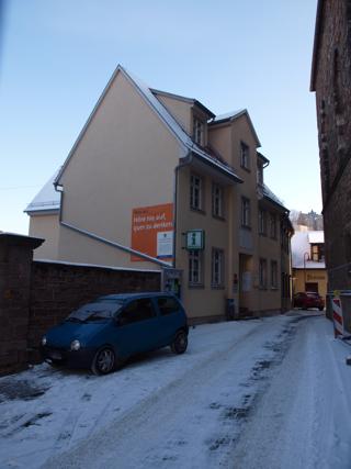 Bild: Die Schule Martin Luthers in Mansfeld. 2001 wurde auf den historischen Fundamenten ein Neubau errichtet, der aber im wesentlichen wie die alte Schule aussieht.