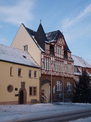 Bild: Das Rathaus der Stadt Mansfeld. Links davon das ehemalige Rektorat.