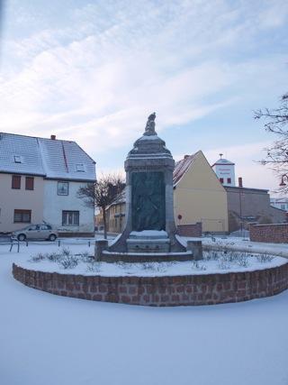Bild: Der Lutherbrunnen in Mansfeld im Winter.