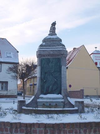 Bild: Martin Luther schlägt in Wittenberg seine Thesen an. Bronzerelief am Lutherbrunnen zu Mansfeld.