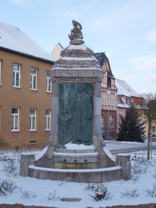 Bild: Martin Luther steht vor Reichstag in Worms. Bronzerelief am Lutherbrunnen zu Mansfeld.