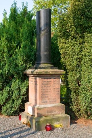 Bild: Gräber zu Ehren der Opfer des Faschismus auf dem Friedhof von Wansleben am See.