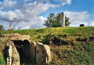 Bild: Steinkistengrab und Dolmengöttin an der Eichstädter Warte bei Langeneichstädt.
