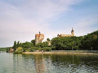 Bild: Das imposante Schloss Seeburg am Süßen See ist zweifellos das Zentrum der Weinstraße Mansfelder Seen.
