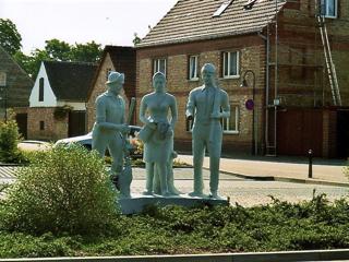 Bild: Das 1982 errichtete Dekmal im Ortskern von Röblingen am See erinnert an die drei ehemals verbreiteten Gewerke in der Region: Fischerei, Landwirtschaft und Bergbau.
