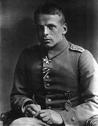 Bild: Portrait des Jagdfliegers Oswald Boelcke. Dieses Bild ist gemeinfrei, weil seine urheberrechtliche Schutzfrist abgelaufen ist.