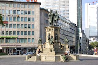 Bilder: Große Städte wie Frankfurt am Main waren schon immer ein Schmelztiegel des Fortschritts. Die Figuren des Gutenbergdenkmals auf dem Roßmarkt wurden von Boettger zwischen 1854 und 1858 galvanoplastisch ausgeführt. © 2010 by Wolfgang Siegemund.