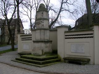 Bild: Gedenkstein zu Ehren des Unternehmers Johann Gottfried Boltze und seiner Frau in Salzmünde.