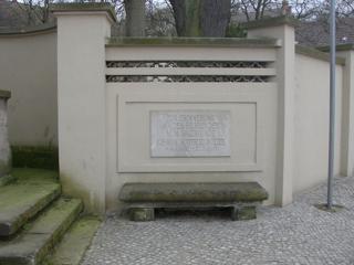 Bild: Detailansicht des Gedenksteines zu Ehren des Unternehmers Johann Gottfried Boltze und seiner Frau in Salzmünde.