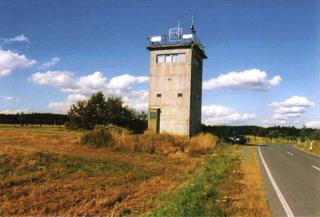 Bild: Wachturm an der innerdeutschen Grenze. Diese Datei wurde unter der GNU-Lizenz für freie Dokumentation veröffentlicht.
