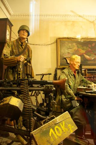 Bild: Zum Teil wurde auch in den letzten Tagen des Krieges noch erbittert um einzelne Häuser gekämpft. Die Bilder zeigen einen provisorisch eingerichteten Gefechtsstand in einem Wohnhaus. Aufnahmen vom Museum DEAD MANS CORNER bei Carentan in der Normandie aus dem Jahre 2010.