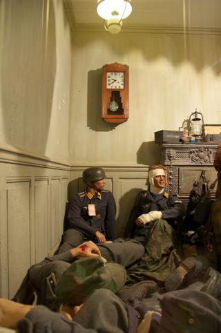 Bild: Auch das war ein alltägliches Bild in den letzten Kriegstagen. Sanitäter versuchten mit den wenigen zur Verfügung stehenden Mitteln schwerverwundeten Landsern so gut wie möglich zu helfen. Das Bild zeigt einen notdürftig eingerichteten Verbandplatz in einem Haus. Aufnahmen vom Museum DEAD MANS CORNER bei Carentan in der Normandie aus dem Jahre 2010.