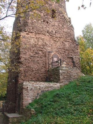 Bild: Der Bergfried der Schweinsburg zu Bornstedt. Detailansicht des Einganges zum Turm.