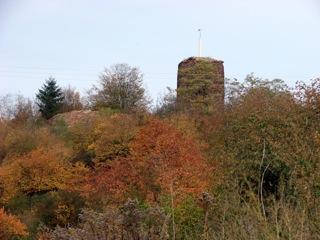 Bild: Die Ruine der Schweinsburg zu Bornstedt mit dem mächtigen Bergfried.