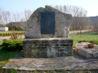 Bild: Gedenkstein zum Andenken an die Opfer des Kriegsgefangenenlagers Helfta.