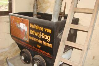 Bild: Hunt mit der Aufschrift DIE FAHNE VON KRIWOI ROG ALS LEUCHTENDES SYMBOL DER DEUTSCH-SOWJETISCHEN FREUNDSCHAFT. Exponat im Mansfeld-Museum in Hettstedt-Burgörner. Bild © 2009 by Bert Ecke.