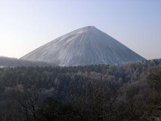 Bild: Die Kegelhalde des Thomas-Müntzer-Schachtes bei Sangerhausen vom Wildrosenpfad aus gesehen. Die Halde ist mit Raureif bedeckt. Aufnahme vom März 2006.