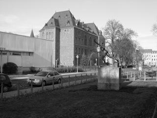 Bild: Die Grundschule am Schlossplatz in Eisleben, das ehemalige Luthergymnasium. An dieser Stelle stand das einstige Schloss von Eisleben. Aufnahme aus dem März 2006.