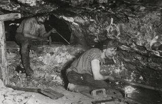 Bild: Durch zahllose Erfindungen verbesserten sich auch die Arbeitsbedingungen der Bergleute. Das Bild zeigt Kumpel im Hermannsschacht bei Helfta um das Jahr 1900. Dieses Bild ist gemeinfrei, weil seine urheberrechtliche Schutzfrist abgelaufen ist.