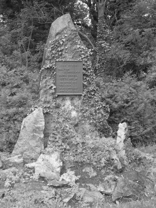 Bild: Das Ehrengrab der drei Todesopfer Walter Schneider, Hans Seidel und Otto Helm des Eisleber Blutsonntages 1933. Bild © 2006 by Birk Karsten Ecke.