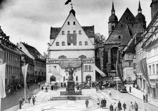 Bild: Der Markt von Eisleben am 02.07.1945 - dem Tag des Einmarsches der Roten Armee in der Lutherstadt. Dieses Bild ist gemeinfrei, weil seine urheberrechtliche Schutzfrist abgelaufen ist.